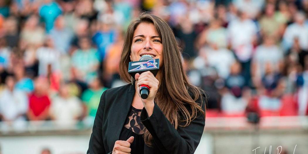 Prestation de l'hymme Nationale aux Alouette de Montreal au stade Percival-Molson
